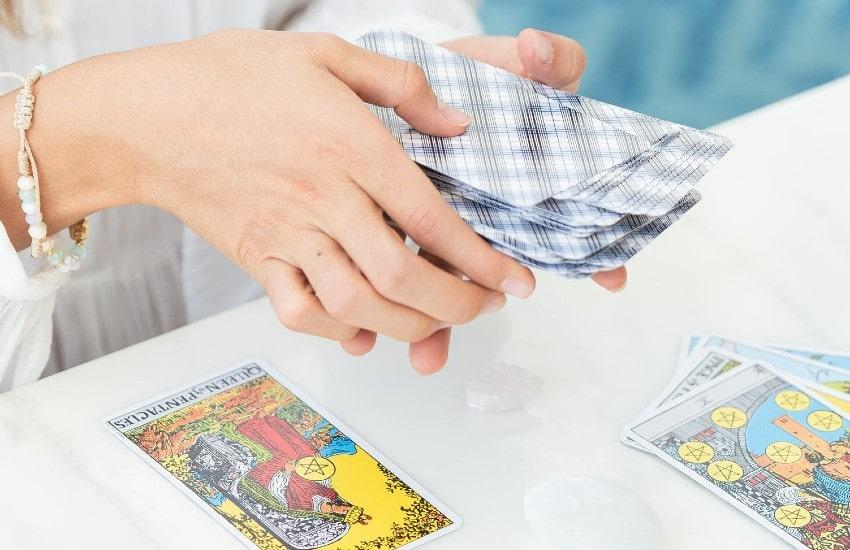 Cómo establecer un vínculo con las cartas del tarot y conectar con tu baraja